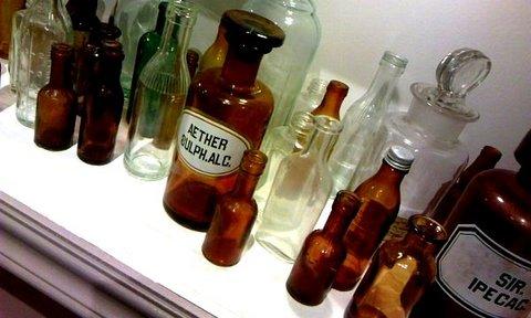 写真・たくさんのガラス瓶.jpg