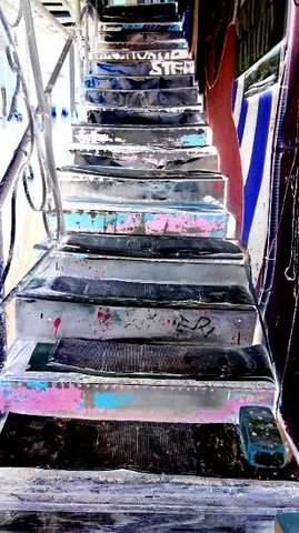 写真・オンボロの階段.JPG