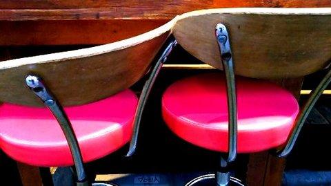 写真・ピンクの丸椅子.JPG