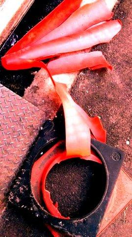写真・壊れた赤いコーン.JPG