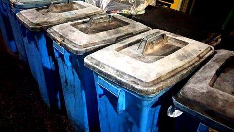 写真・水色のゴミ箱.jpg