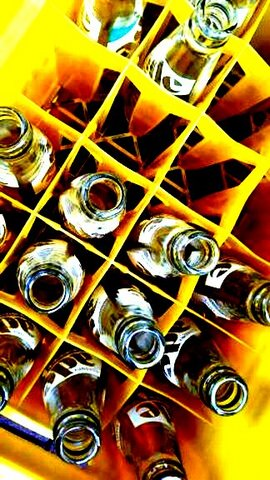 写真・空き瓶と黄色いケース.jpg